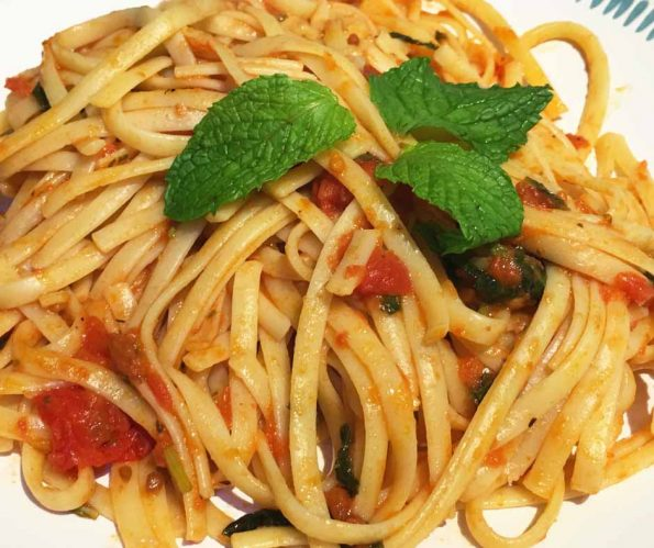 vegetarian linguine pasta with fresh tomatoes