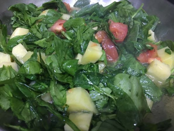 how to make spinach and potato curry