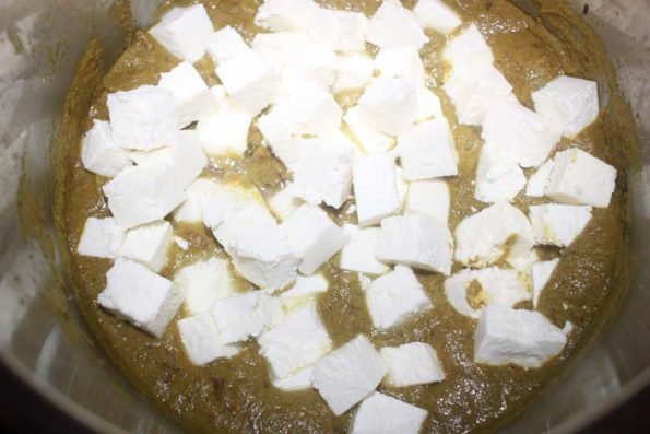 paneer in spinach gravy preparation