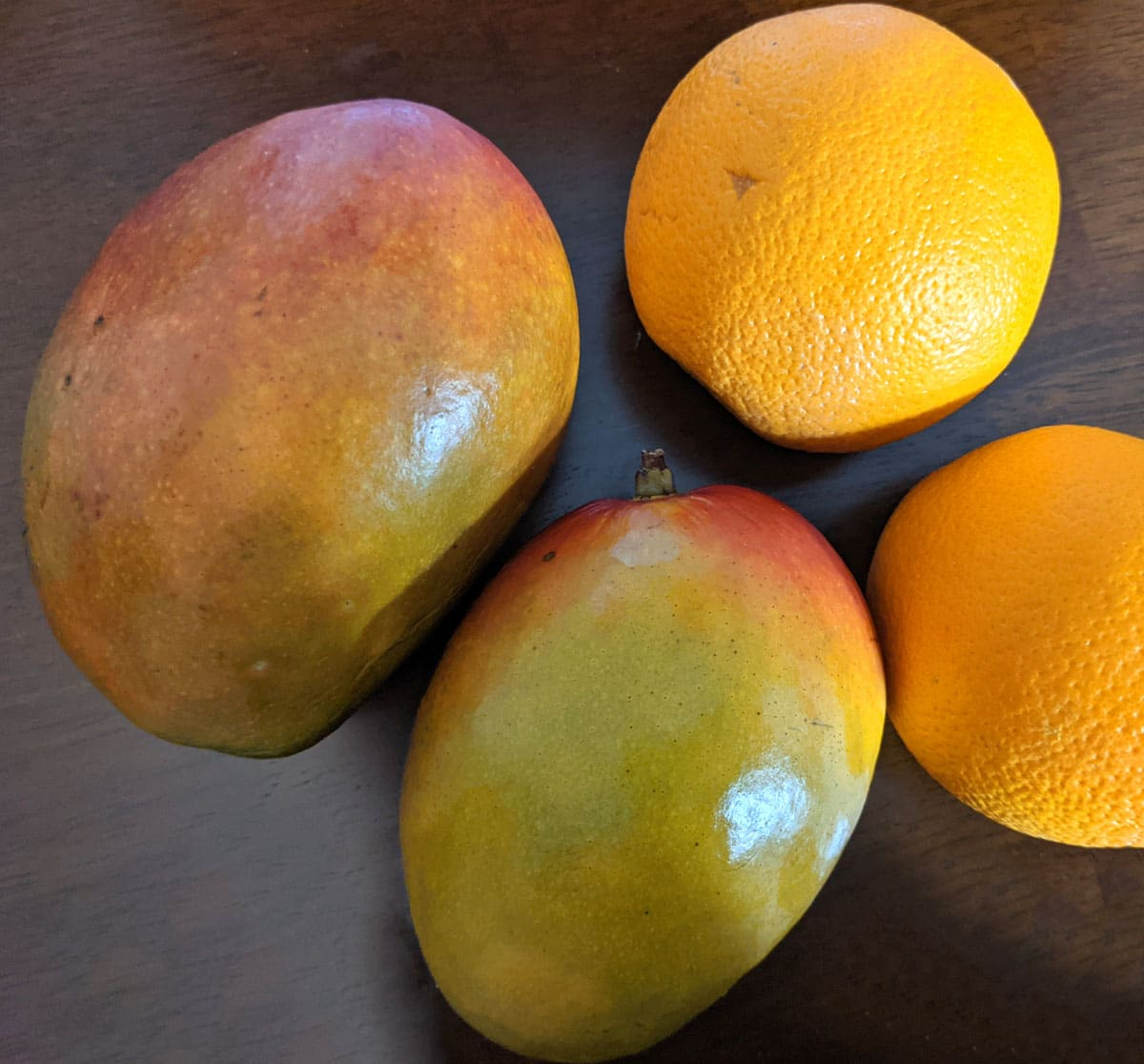 mangoes and oranges to make smoothie